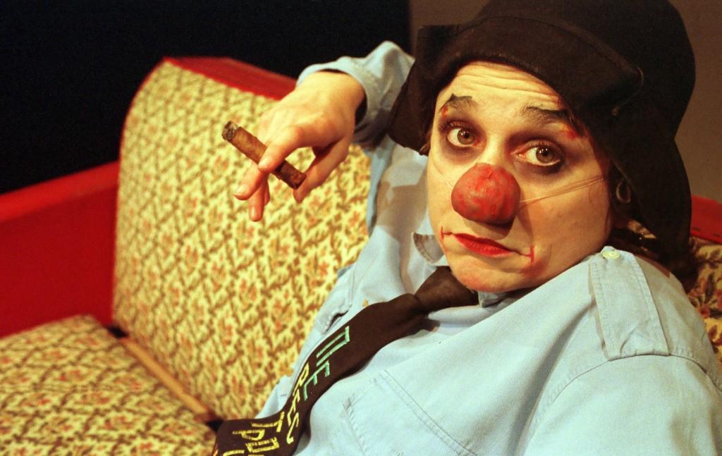 « Emma la clown sous le divan » © Nicolas Gallon