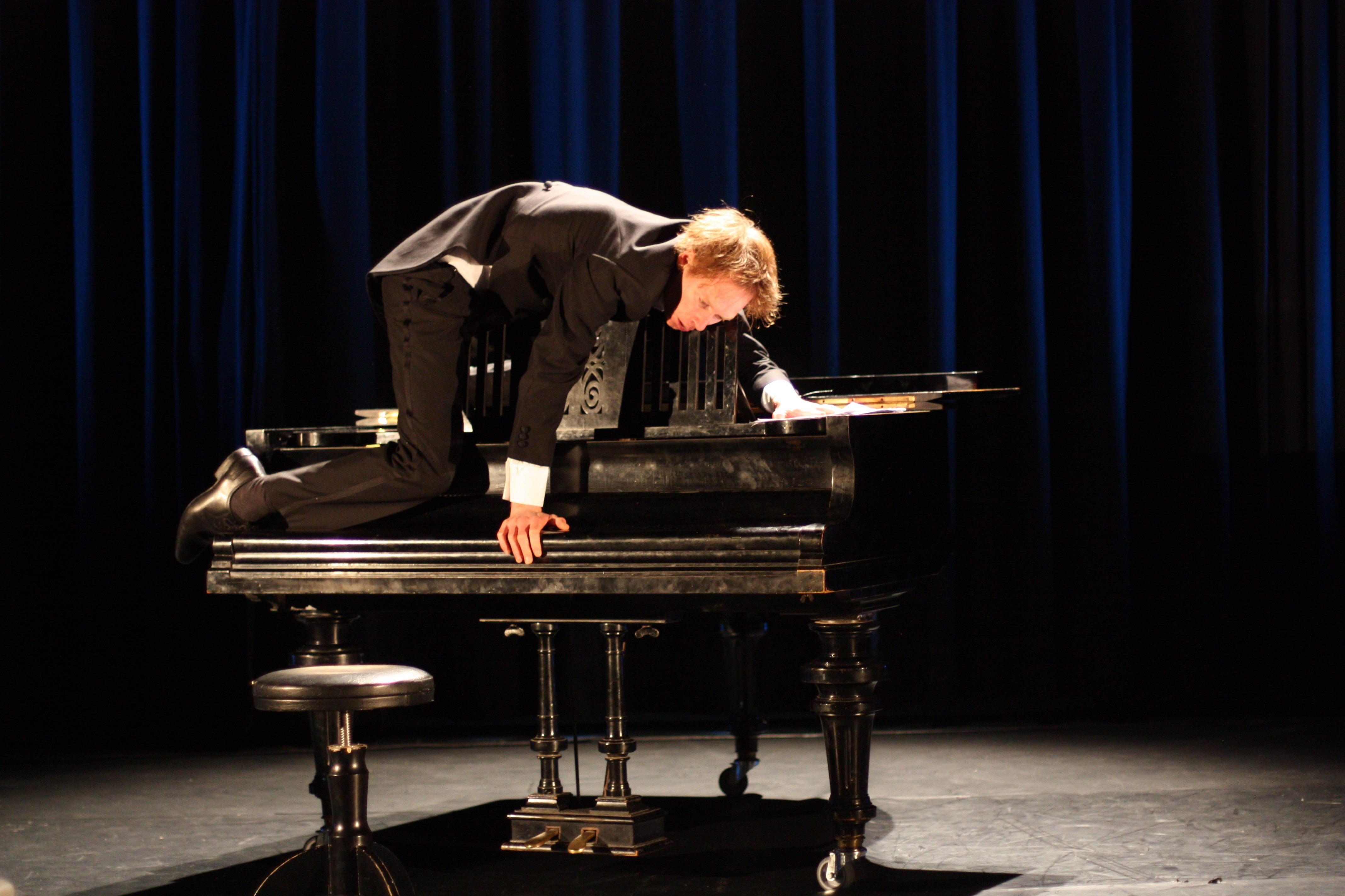 « The Pianist », par le Circo Aereo et Thomas Monckton © Heli Sorjonen