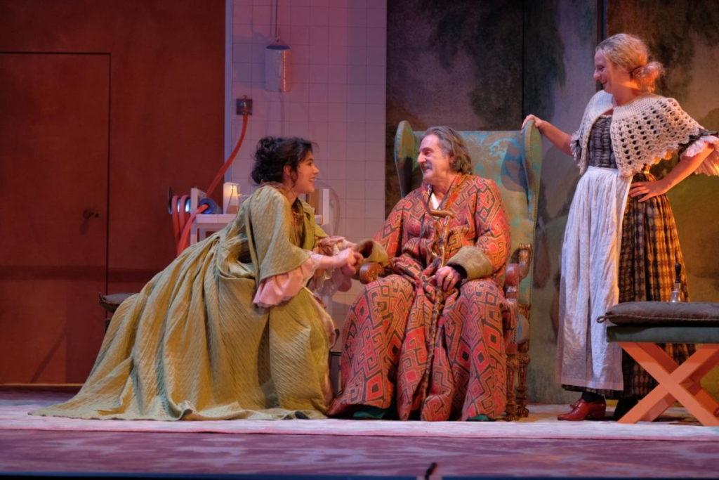 Victoire Bélézy, Daniel Auteuil et Aurore Auteuil dans «Le Malade imaginaire» – Mise en scène de Daniel Auteuil ©Julien Panié