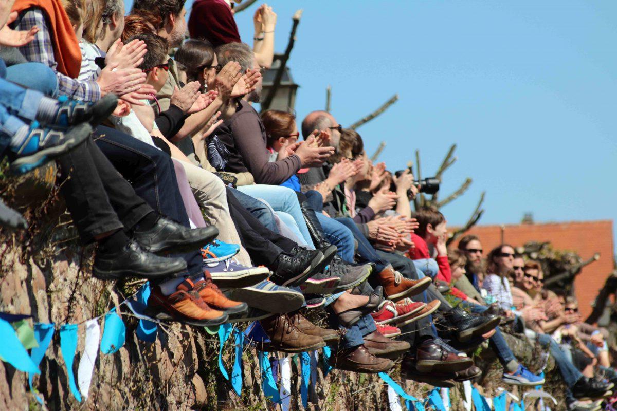 Public en liesse sur les remparts d'Obernai (festival 2016) © Benoit Coutancier